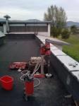 Vŕtanie na streche pre komín.